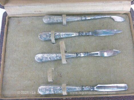 Voici un ancien petit coffret à manucure avec 4 ustensile avec un manche en métal argenté très ciselé.