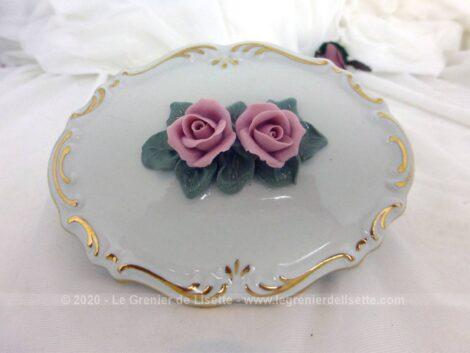 Adorable bonbonnière en porcelaine avec dorures et décorée de fleurs roses en relief avec signature d'une couronne.
