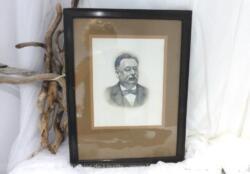 Ancien cadre en bois avec la photo très délicate d'un homme très élégant dans la force de l'âge et portant un pince-nez datant du début du siècle dernier.