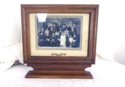 Tout est unique... le cadre en bois de 30 x 28.5 x 5.5 cm sur socle et la photo de mariage des années 20.