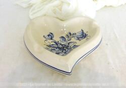 Adorable cendrier en forme de coeur en céramique 15 x 15.5 x 4.5 cm avec des décorations bleues peintes à la main pour une tendance shabby.