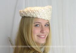 En sisal blanc synthétique, voici un ancien chapeau de forme asymétrique très original avec un coté plus haut que l'autre. Look vintage garanti .