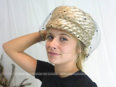 Voici un ancien chapeau en forme de toque réalisé par différents plis pour former des étages et décoré d'une voilette noire à pois velours. Fait main.