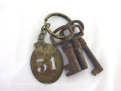 Trois anciennes petites clés anciennes patinées par le temps et accompagnées d'une plaque ovale en laiton gravée du numéro 31 mesurent de 3.5 cm à 4.5 cm de long.