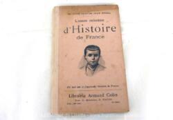 """Voici un livre datant de 1911 et portant le titre de """"L'Année Enfantine d'Histoire de France"""" par Jean Bedel."""