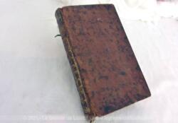 """Vieux de plus de 260 ans, voici le livre satirique """"Le Chef d'Oeuvre d'un Inconnu"""" daté de 1758 qui a traversé le XVIII°, XIX°, XX° pour arriver aujourd'hui au XXI° , avec sa reliure en cuir bien patinée. A garder bien précieusement."""