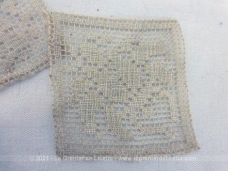 Voici un lot d'anciennes incrustations en dentelle toutes en forme de carré de différentes tailles et motifs. Pour des créations vintages et shabby.