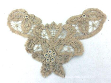 Voici un lot de 3 différentes anciennes incrustations en dentelle en lacets. Pour des créations vintages et rétro.