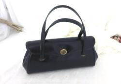 Voici un petit sac-sacoche avec anses avec une belle forme rétro et vintage réalisé dans un superbe simili ressemblant à du cuir à s'y méprendre.