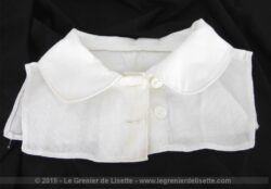 Voici une ancienne guimpe ou plastron fait main en coton côtelé pour jeune fille ou petit tour de cou.