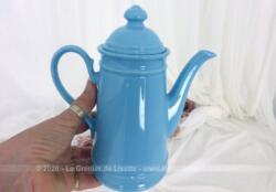 Voici une petite cafetière en céramique bleue qui a tout d'une grande !