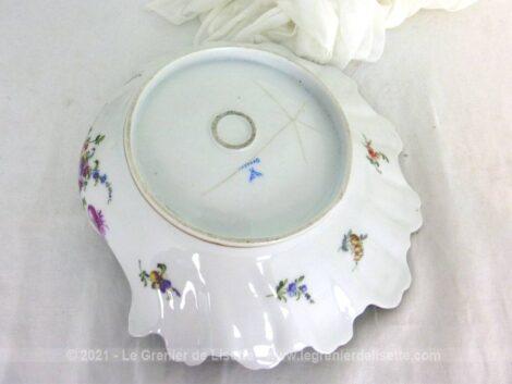 Superbe plat en forme de coquille St Jacques en porcelaine allemande Dreden datant de la fin XIX ou tout début XX°, peint à la main.