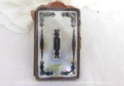 Ancienne aumônière en nacre façon porte monnaie avec un fermoir latéral et ses 4 compartiments et décorée d'incrustations en métal argenté.