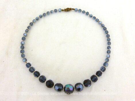 Voici collier ras de cou en perles de verre à facettes couleur bleu, de taille croissante jusqu'au centre et mesurant 45 cm.
