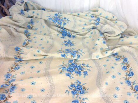 Voici un coupon de tissus vraiment tendance shabby avec ses guirlandes de fleurs bleues de 195 x 200 cm.