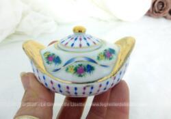 """En belle porcelaine """"Porcelaine Art - P. A."""", voici une adorable miniature d'une soupière décorée de petites fleurs multicolores avec deux grandes anses dorées."""