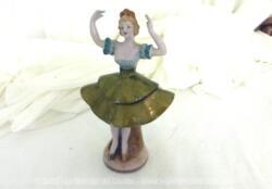 Adorable figurine en céramique d'une marquise danseuse à la jupe dorée sur 15 cm de haut.
