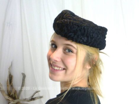 En astrakan, voici un ancien chapeau de forme tambourin en pointe sur le devant et l'arrière, avec ses crochets incorporés.
