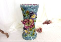 Numéroté et signé, voici un superbe vase en barbotine couleur bleu canard et décoré de grandes pensées en relief.
