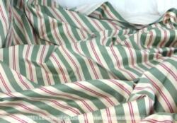 Beau coupon et ancien rideau doublé de 126 x 275 cm de tissus moiré vert aux rayures rouge et écrues. Idéal aussi bien pour meubles que pour vêtements.