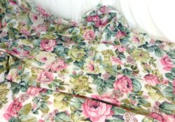 Sur 245 x 145 cm, voici un coupon de tissus en coton léger, comme un drap, avec un superbe motif floral avec des roses et des pivoine de couleur très tendance shabby.