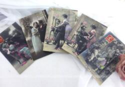 Voici un lot de 5 anciennes cartes postales colorisées datées de 1912 représentant toute l'idylle d'un couple.