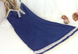Voici un beau déshabillé ou chemise de nuit vintage de la marque VITOS en polyesther marine et dentelle blanche, taille 40.