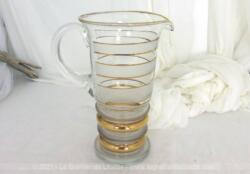 Très vintage ce grand broc ou pichet en verre, des années 60/70 décoré avec des bandes de dorures et de verre dépoli.