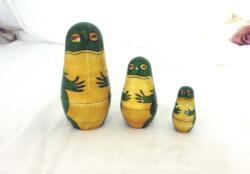 Voici un jeu de 3 grenouilles encastrables façon poupées Russes, décorées de vert et jaune. Elles vous attendent ! Vraiment original....