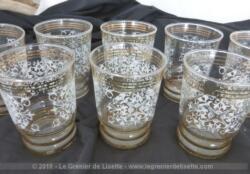 Voici un lot superbe lot vintage de 8 verres de 9 cm de haut décoré par des liserés dorés, des dorures et des gravures de volutes et arabesques.