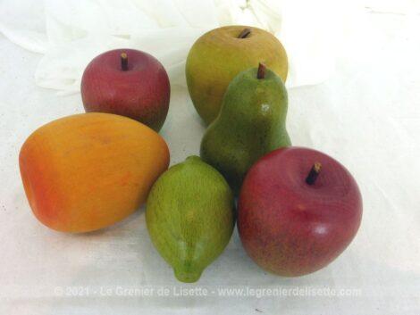 Voici un superbe lot de 6 fruits décoratifs en bois peint représentant 2 pommes vertes, une pomme rouge, une poire, un citron vert et un gros abricot.