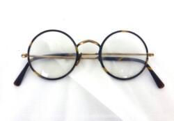 Voici une ancienne paire de lunettes rondes imitation écaille avec des branches qui se terminent aussi en imitation écaille. Vraiment vintage !