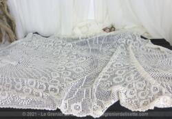 Ancienne sur-nappe ovale ou grand napperon ovale réalisé à la main au crochet en fil coton blanc avec dessins de paons faisant la roue.