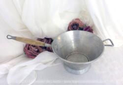 En décoration ou à utiliser, voici une ncienne petite passoire écumoire alu de 16.5 cm de diamètre et sont manche en bois.