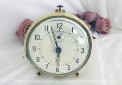 Ancien réveil Jaz métal couleur ivoire à l'allure très tendance vintage et shabby à la fois, pour décoration ou restauration !