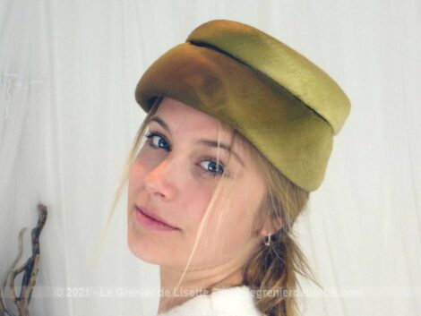 """Voici un ancien bibi asymétrique en velours de couleur mordoré en dégradé. Pièce unique de la modiste """"Elisabeth - Haute Mode - Paris"""". Pièce unique."""