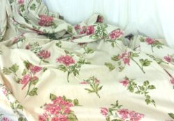 Deux coupons de 125 x 245 cm et un de 95 x 245 cm, voici un trio de tissus d'ameublement aux belles fleurs d'hortensias, anciens rideaux encore avec les plis. Trés tendance shabby.