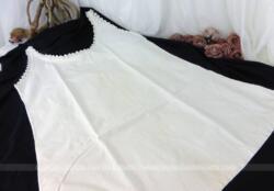 Ancien caraco, chemise de jour courte ou chemise de nuit avec sur tout le pourtour de l'encolure et des emmanchures, de superbes broderies ajourées.