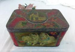 Voici une ancienne boite en métal de 10.5 x 17 x 9 cm avec sur le couvercle et les 4 cotés des chiens sérigraphiés. Trés originale et vintage !