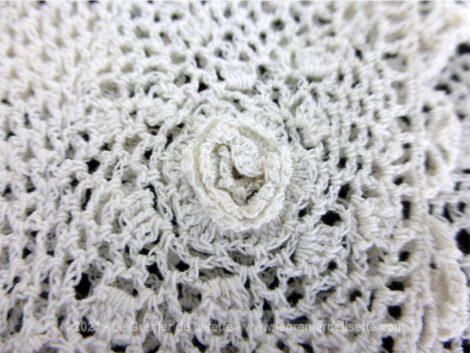 """Ancien col réalisé à la main au crochet à dentelle en fil de coton blanc avec une superbe forme """"col bateau""""."""