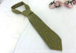 """Voici une ancienne cravate en soie portant l'étiquette """"FFR Coupe du Monde 1999"""" et """"Création Projectif"""". Sur fond marine, coupes et ballon se mêlent pour former un motif. Vintage !"""