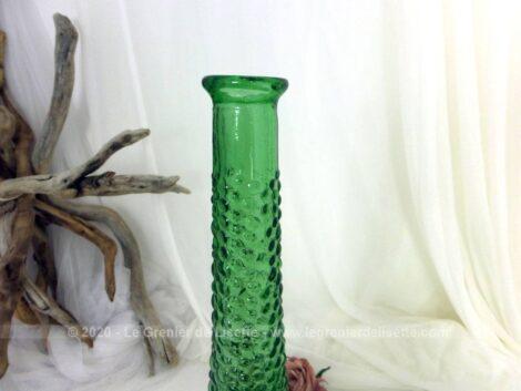 En verre vert, voici une belle et grande carafe en verre vintage typique d'Empoli, en Italie, sans son bouchon en verre, mais tout aussi décorative.