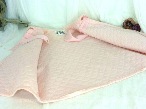 Voici une ancienne liseuse de couleur rose en nylon avec manches larges et rubans pour fermer de la marque Créations Ercey Paris.