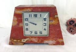 Voici une superbe pendule en marbre rose avec son réveil carré .Modèle très tendance des années 40/50.