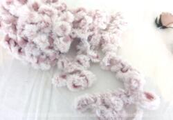 Sur plus de 10 mètres 50, voici un ruban ou galon bien original avec ses boucles. D'un coté un joli tissus en coton rose, et de l'autre de la fausse fourrure banche tout douce.