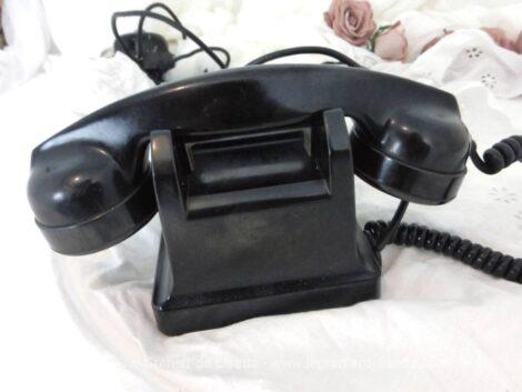 Voici un ancien téléphone en bakélite avec cadran à clapet et sa sonnette daté de 1958. Du pur vintage !