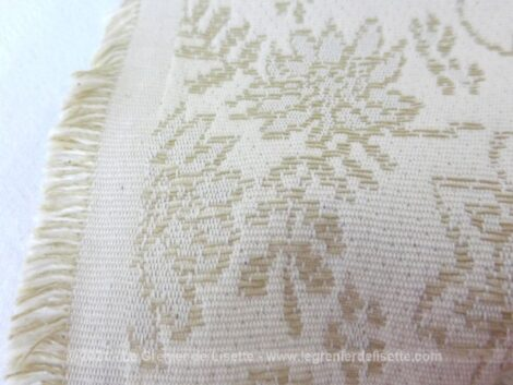 Voici un superbe coupon de tissus d'ameublement en brocard moiré beige de 125 x 200 cm (+ 15 cm). Tendance très shabby.