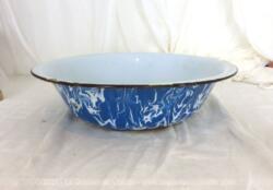 Voici une ancienne bassine marbrée bleue et blanche métal émaillé de 34 cm de diamètre et 8 cm de haut et ses éclats d'émail remplis d'authenticité.