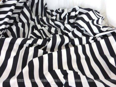 Beau coupon de tissus d'ameublement en coton mélangé avec des rayures noires et blanches 2.5 cm de large chacune sur 155 x 245 cm.