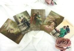 Voici un lot de 5 cartes postales anciennes, colorisées, avec maxime sous la photo représentant des scénettes d'amoureux et datant des années 20.